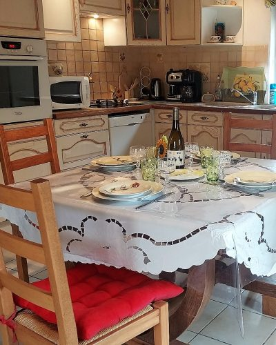 Salle à manger cuisine gite de vallières Tarn